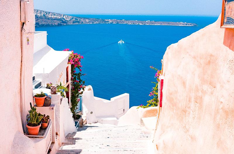 Klarblått vatten sett från Greklandisk ö