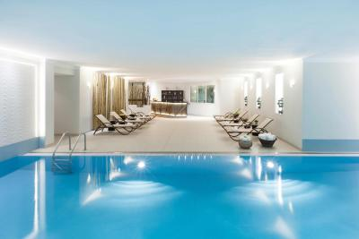 Crowne Plaza Berlin pool
